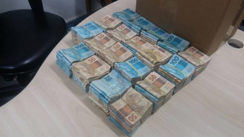 Além da carga, dois suspeitos foram presos com R$ 192 mil. (Foto: PRF/Divulgação)