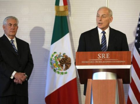 Kelly fala durante coletiva na chancelaria mexicana, com Tillerson ao fundo (Foto: Reuters)