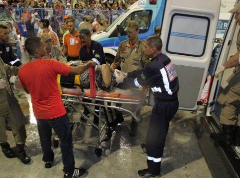 Uma das vítimas do acidente é socorrida. (Foto: Reprodução)