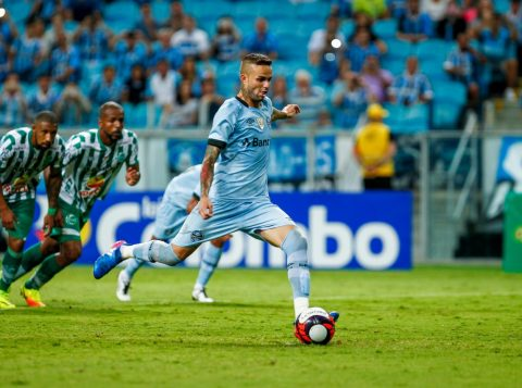 Luan corre para marcar, de pênalti, o quarto gol tricolor na partida. (Foto: Lucas Uebel/Grêmio)