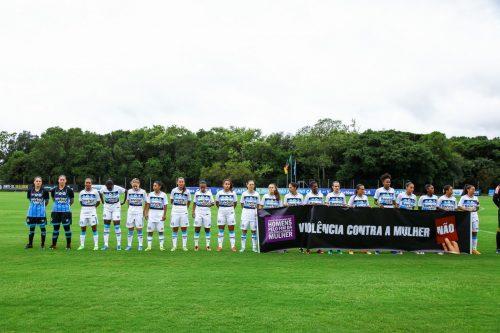 As atletas do Tricolor entraram em campo com uma faixa contra a violência contra a mulher. (Foto: Lucas Uebel/Grêmio)