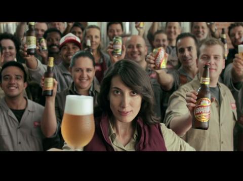 """Inspirado em personagens reais envolvidos diretamente na produção da cerveja, campanha integrada destaca a qualidade de Brahma. Com humor, o conceito """"Quando você se sente, isso pede Brahma"""" será a diretriz da marca em 2017."""
