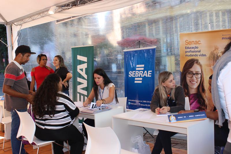 Atendimentos para ambulantes que buscam regularização está sendo realizado no Largo Glênio Peres (Foto: PMPA/Divulgação)