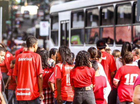 EPTC disponibilizou seis ônibus para levar a torcida ao Beira-Rio. (Foto: Jackson Ciceri/O Sul)