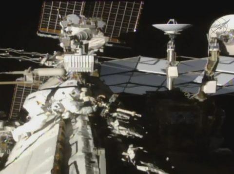 Imagem da Nasa mostra o astronauta Thomas Pesquet do lado de fora da estação espacial internacional, nesta sexta-feira (24) (Foto: Reprodução/NASA/Twitter)