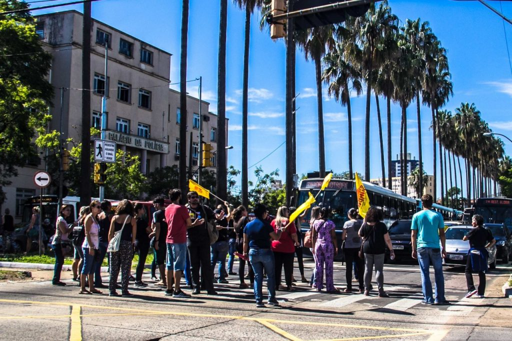Protesto de municipários na esquina da avenida João Pessoa com a Ipiranga (Foto: Jackson Ciceri/O Sul)
