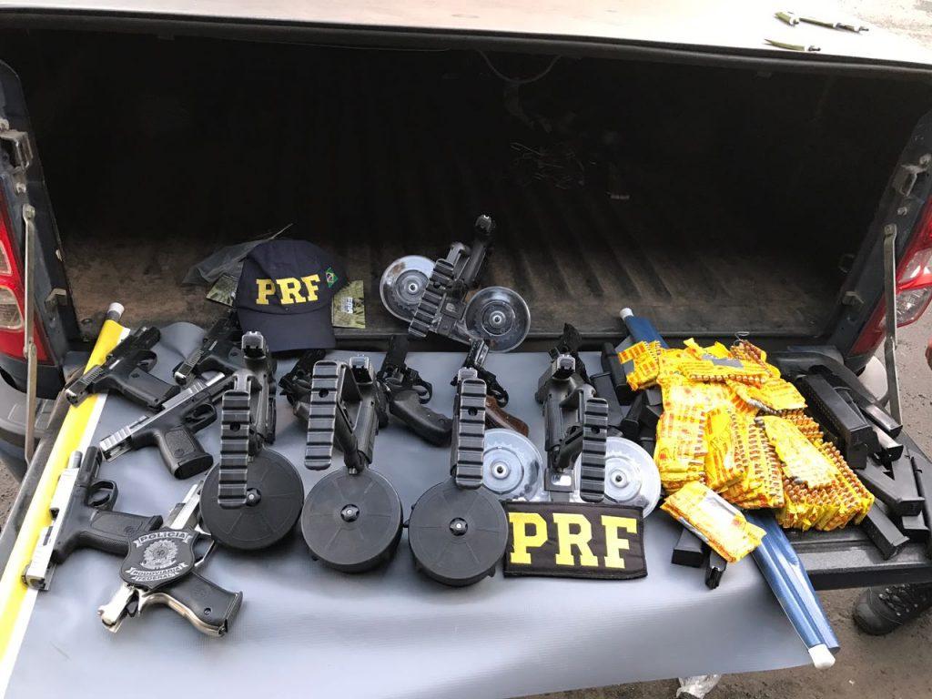 na BR-386, em Montenegro, durante a tarde, foram apreendidas pela PRF grande quantidade de armas (Foto: Divulgação/PRF)