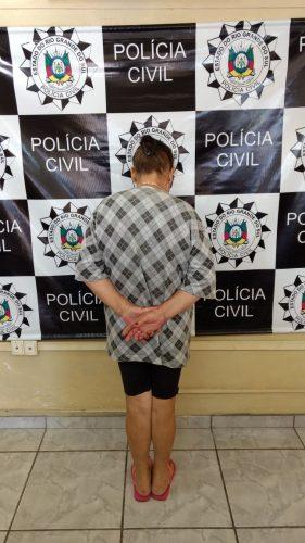 Mulher de 58 anos, irmã do suspeito, foi presa em flagrante (Foto: Divulgação/Defrec/Bagé)