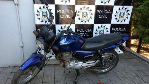 Moto e arma podem ter sido utilizadas para cometer o crime (Foto: Divulgação/Defrec/Bagé)