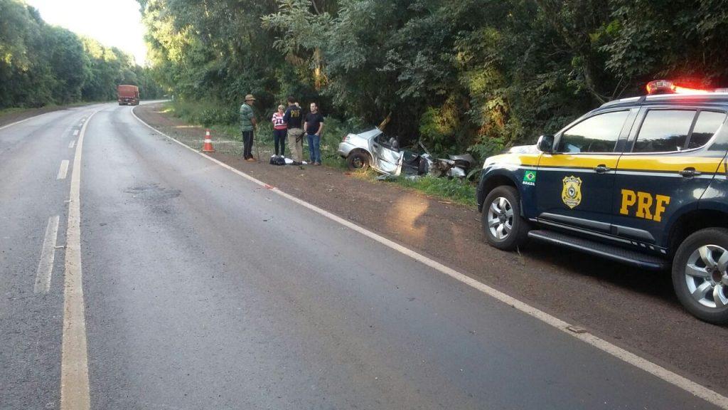 Fiesta saiu da pista e colidiu em duas árvores. (Foto: PRF/Divulgação)