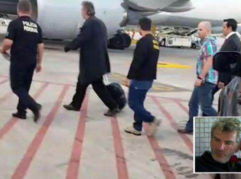O alemão Stephan Brode é acompanhado por policiais federais ao avião para ser deportado. (Foto: Reprodução)