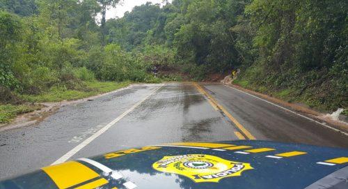 Quilômetro 167,8, da BR-116, segue bloqueada na tarde deste domingo (12). (Foto: PRF/Divulgação)