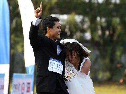 Casal vence corrida e ganha prêmio para cerimônia de luxo. (Foto: Reprodução)