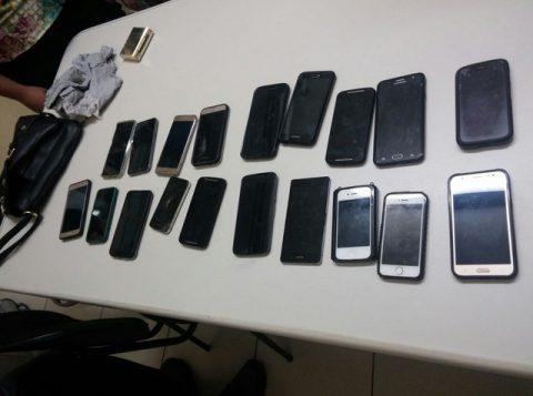 Adolescente foi flagrada com celulares furtados durante show. (Foto: Polícia Militar/Divulgação)