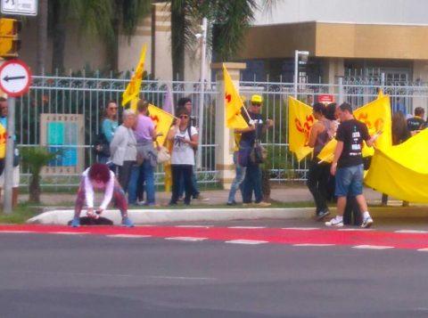 Manifestação ocorreu em frente ao prédio onde mora o governador Sartori (Foto: EPTC/Divulgação)