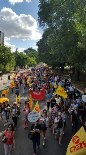 Após Assembleia Geral educadores seguem em caminhada até a Esquina Democrática para somar-se com os demais servidores no Dia de Luta (Foto: Divulgação/Cpers)