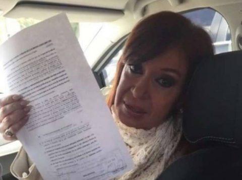 Cristina Kirchner a caminho do tribunal de Rio Gallegos, no dia em que criticou o juiz Bonadio (Foto: Reprodução/Internet)