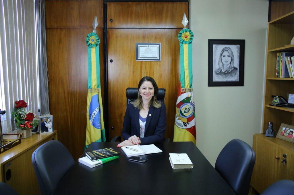 Deputada Liziane Bayer fica na presidência durante licença-paternidade de Edegar Pretto (Foto: Elaine Martins)