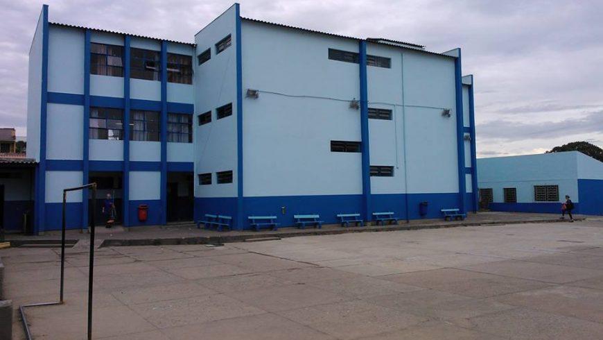 Escola Luiz de Camões, em Cachoeirinha, onde menina foi estrangulada (Foto: Reprodução)