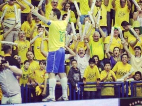 Falcão comemora junto da torcida seu último gol pela Seleção Brasileira de futsal. (Foto: Reprodução/Instagram)