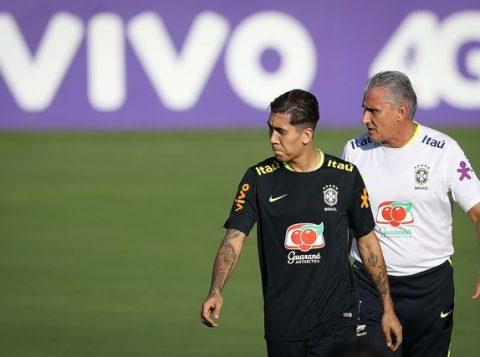 Firmino e Tite, em treino da Seleção: atacante do Liverpool substituirá Gabriel Jesus contra o Uruguai. (Foto: Pedro Martins/MoWA Press)