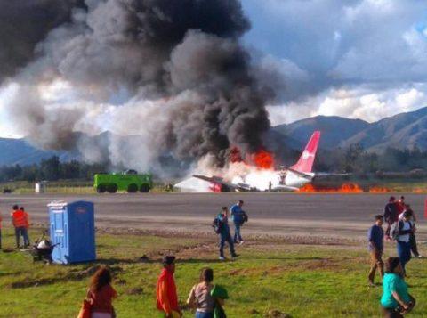 Todos os passageiros conseguiram deixar a aeronave antes que as chamas se espalhassem. (Foto: Reprodução/Twitter)