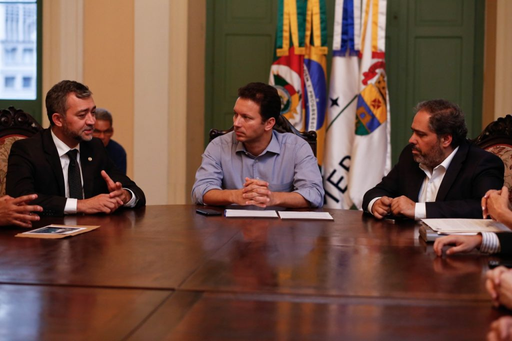 Marchezan (C) e Gustavo Paim (D) receberam Edegar Pretto (E), presidente do Legislativo. (Foto: Cesar Lopes/PMPA)