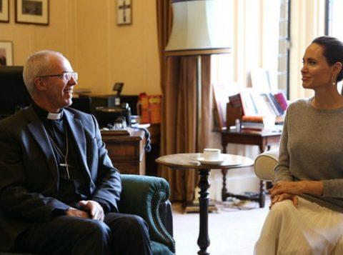 Angelina Jolie durante encontro com arcebispo da Igreja anglicana. (Foto: Reprodução/Twitter)