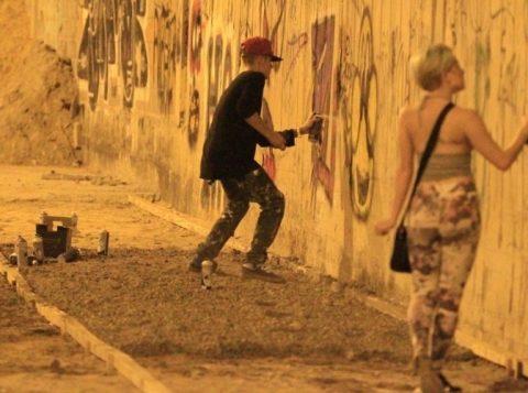 Em 2013, Bieber foi autuado por crime contra o ordenamento urbano e o patrimônio cultural ao pichar muro no Rio. (Foto: Reprodução)