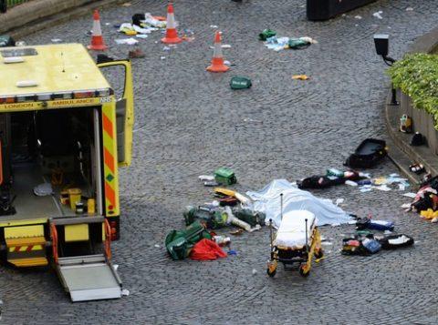 Um corpo coberto é visto no local do ataque do lado de fora do Parlamento britânico em Londres, na Inglaterra. (Foto: Reprodução)