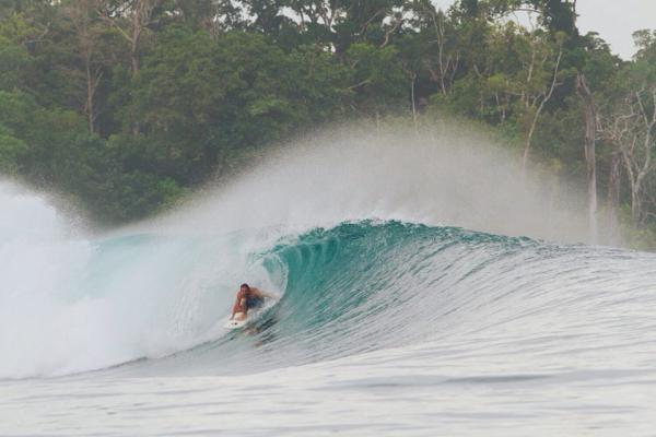 Lucas Zuch surfando na Indonésia. (Reprodução/Facebook)