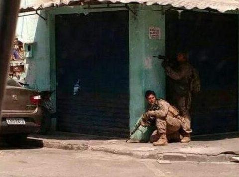 Policiais do Bope entraram em confronto com traficantes durante campanha de imunização. Uma pessoa ficou ferida na ação. (Foto: Reprodução)