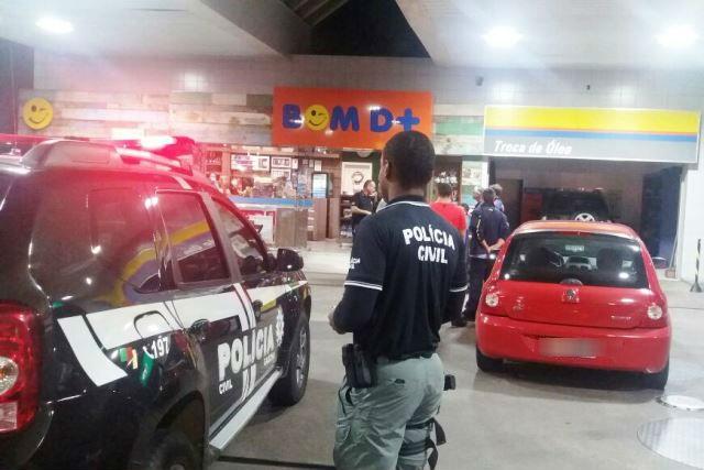 Foram apreendidos 150 litros de bebida alcoólica, um quilo e meio de maconha, 580 comprimidos de ecstasy e sete máquinas de caça-níquel e cigarros contrabandeados (Foto: Polícia Civil/Divulgação)
