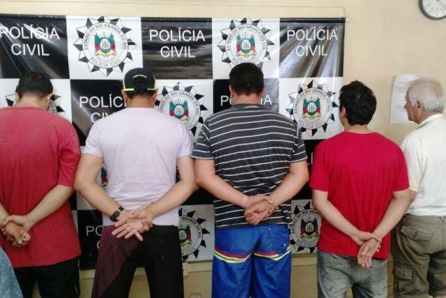 Além das prisões, dezenas de armas foram apreendidas (Foto: Polícia Civil/Divulgação)