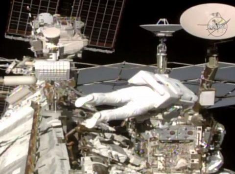 Imagem da Nasa mostra o astronauta Thomas Pesquet do lado de fora da estação espacial internacional, nesta sexta-feira (24). (Foto: Jose Romero/Nasa TV)