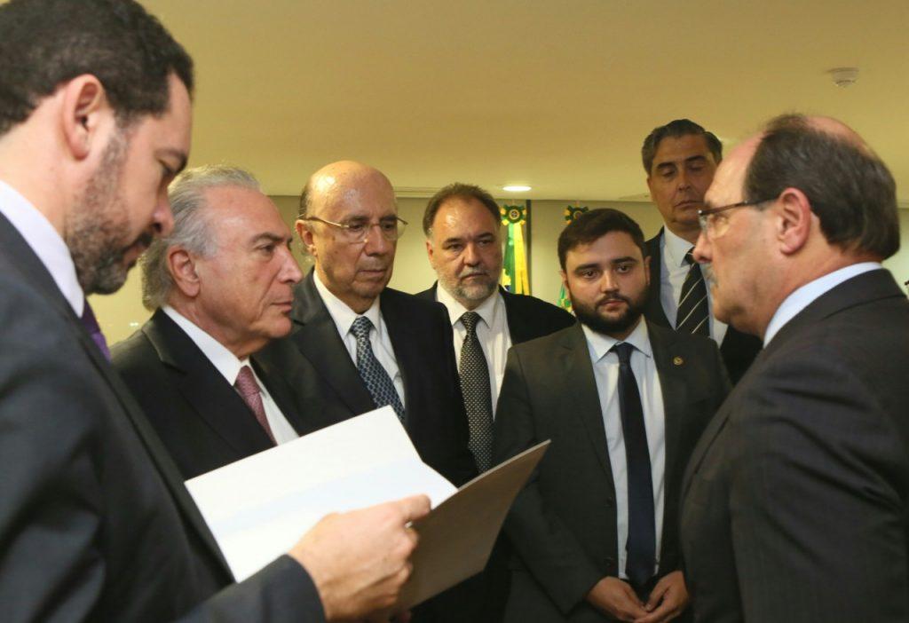 Governador (D) se reuniu com o presidente Michel Temer e ministros, em Brasília (Foto: Luiz Chaves/Palácio Piratini)