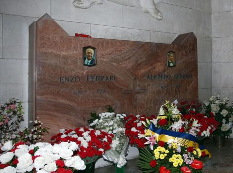 Túmulo de Enzo Ferrari fica em Modena, na Itália. (Foto: Reprodução)