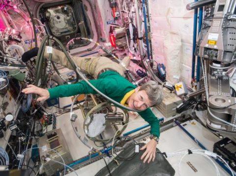Peggy acumula recordes e chega hoje à marca dos 535 dias no espaço, feito inédito entre os astronautas dos Estados Unidos (Foto: Nasa/Johnson Space Center/Agência Lusa)