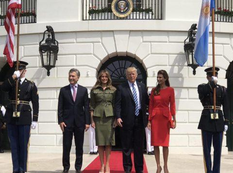 Primeiras-damas da Argentina, Juliana Awada (de vermelho) e dos EUA, Melania Trump,  (de verde) viraram assunto durante encontro de seus maridos na Casa Branca. (Foto: Divulgação Casa Rosada)