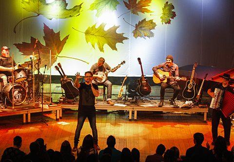 O grupo apresenta releituras de seus sucessos em versão acústica  (Foto: Cristine Rochol)