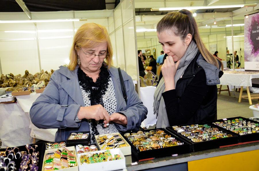 Feira permite adquirir artesanato produzido com pedras preciosas (Foto: Divulgação)