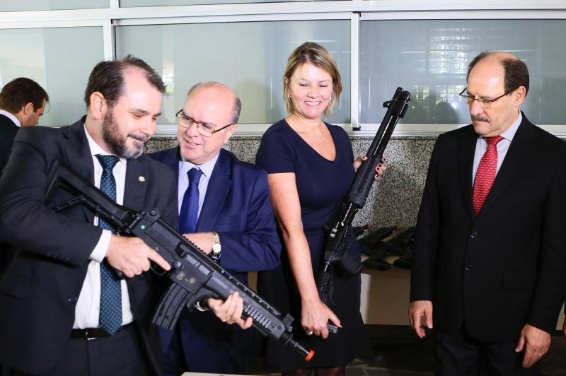 Governador Sartori oficializou entrega do armamento ao chefe de Polícia, Emerson Wendt, e à superintendente da Susepe, Ane Stock (Foto: Luiz Chaves/Palácio Piratini )