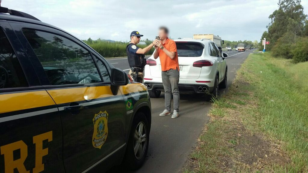 O condutor afirmou que apenas ultrapassara outra caminhonete (Foto: Divulgação/PRF)