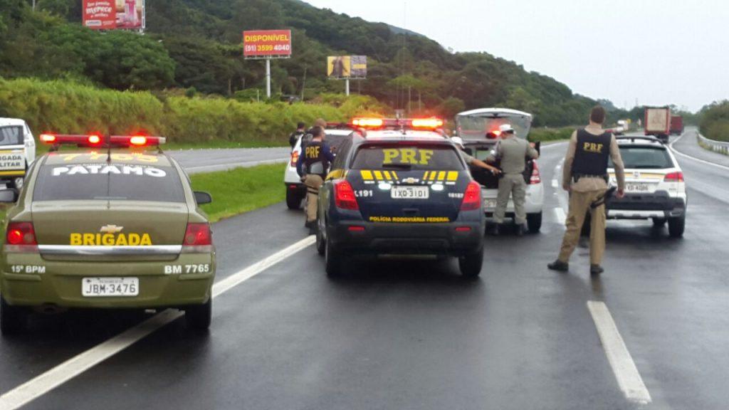 Quando o veículo entrou na rodovia, equipes da PRF passaram a acompanhar a situação (Foto: Divulgação/PRF)