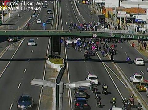 BR 116, em Canoas, esteve bloqueada no sentido interior-capital. (Foto: Divulgação/PRF)