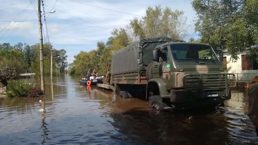 Exército está ajudando os moradores atingidos pela água. (Foto: Prefeitura de Alegrete)