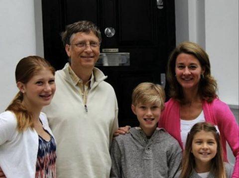 Bill Gates com a família: jogo duro na hora de liberar recursos tecnológicos (Foto: Reprodução)