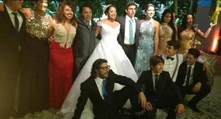 Casamento de Elis reuniu ex-BBBs. Emilly deu bolo (Foto: Reprodução/Instagram)