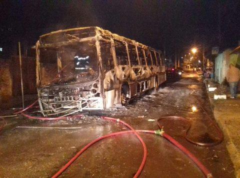 Ônibus da linha Prado  ficou completamente destruído pelo fogo.  (Foto: Divulgação/Brigada Militar)