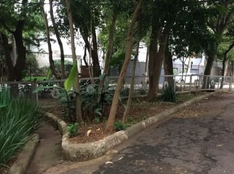 Polícia isola casa de Michel Temer com gradil, no Alto de Pinheiros. (Foto: Reprodução)